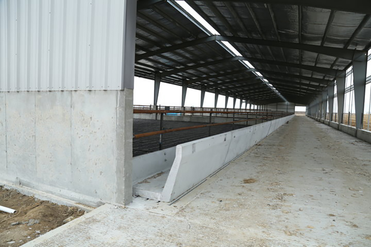 feed-bunks-alley-end-view.jpg