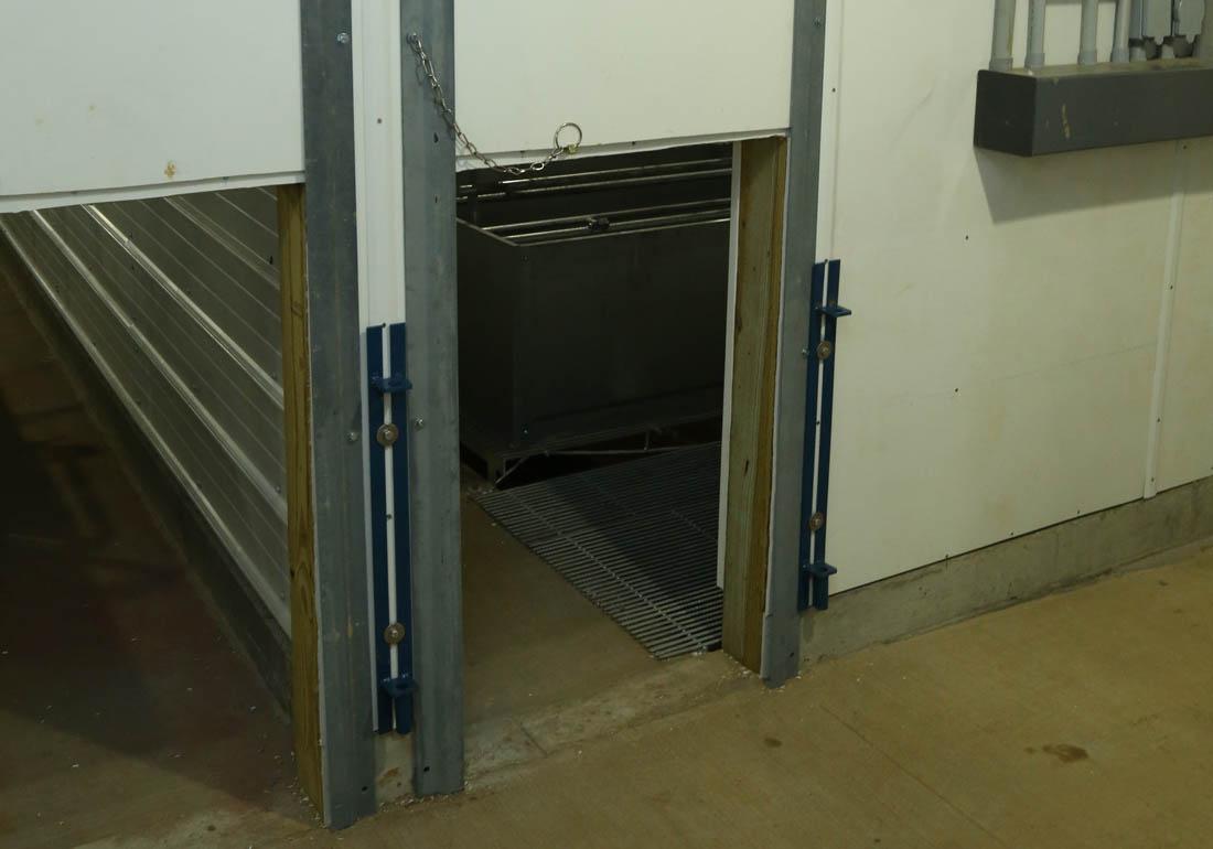 Vertical farrowing room doors for pigs