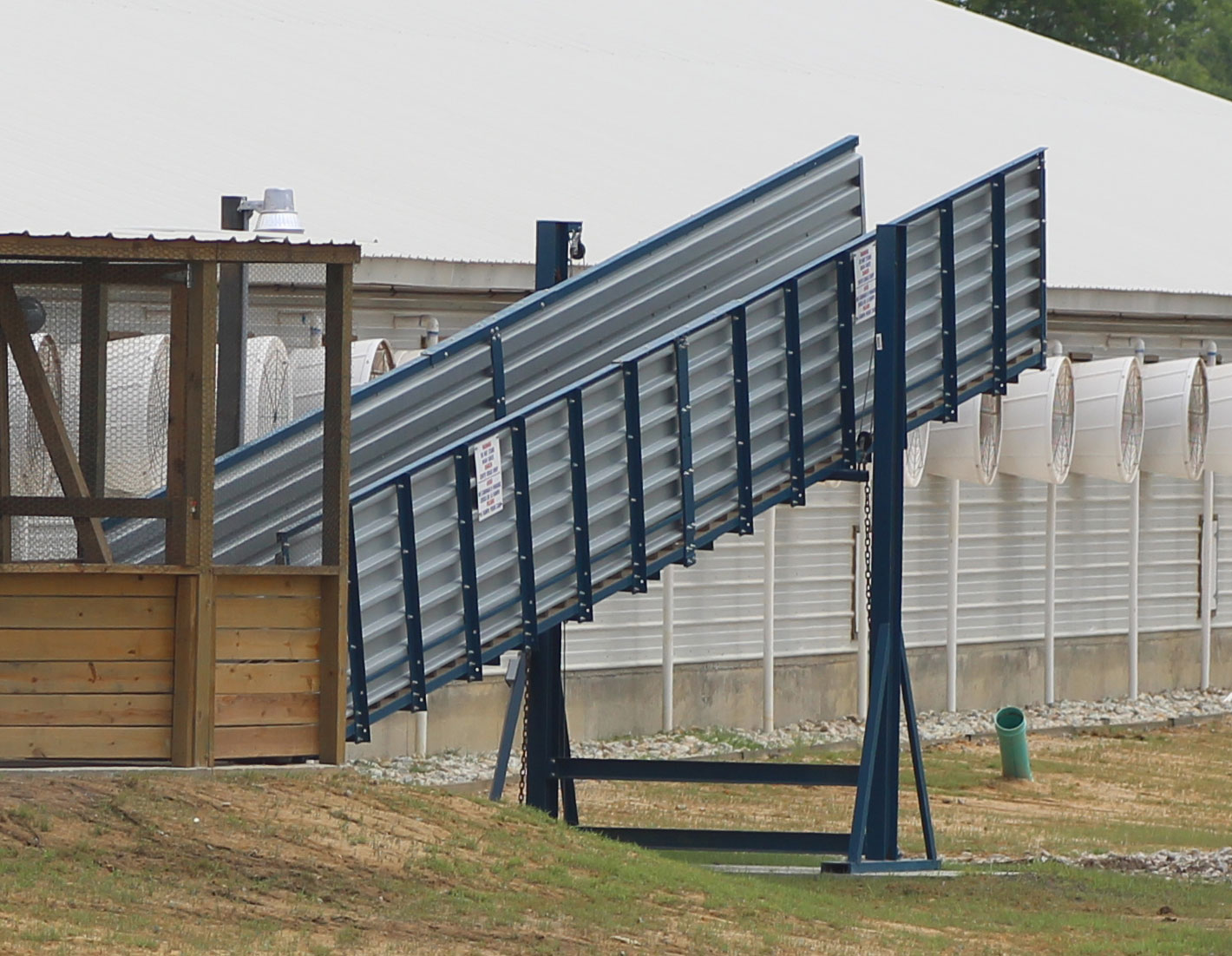 Hog Slat stationary loading chutes are available in multiple configurations to meet the needs of any swine production operation.